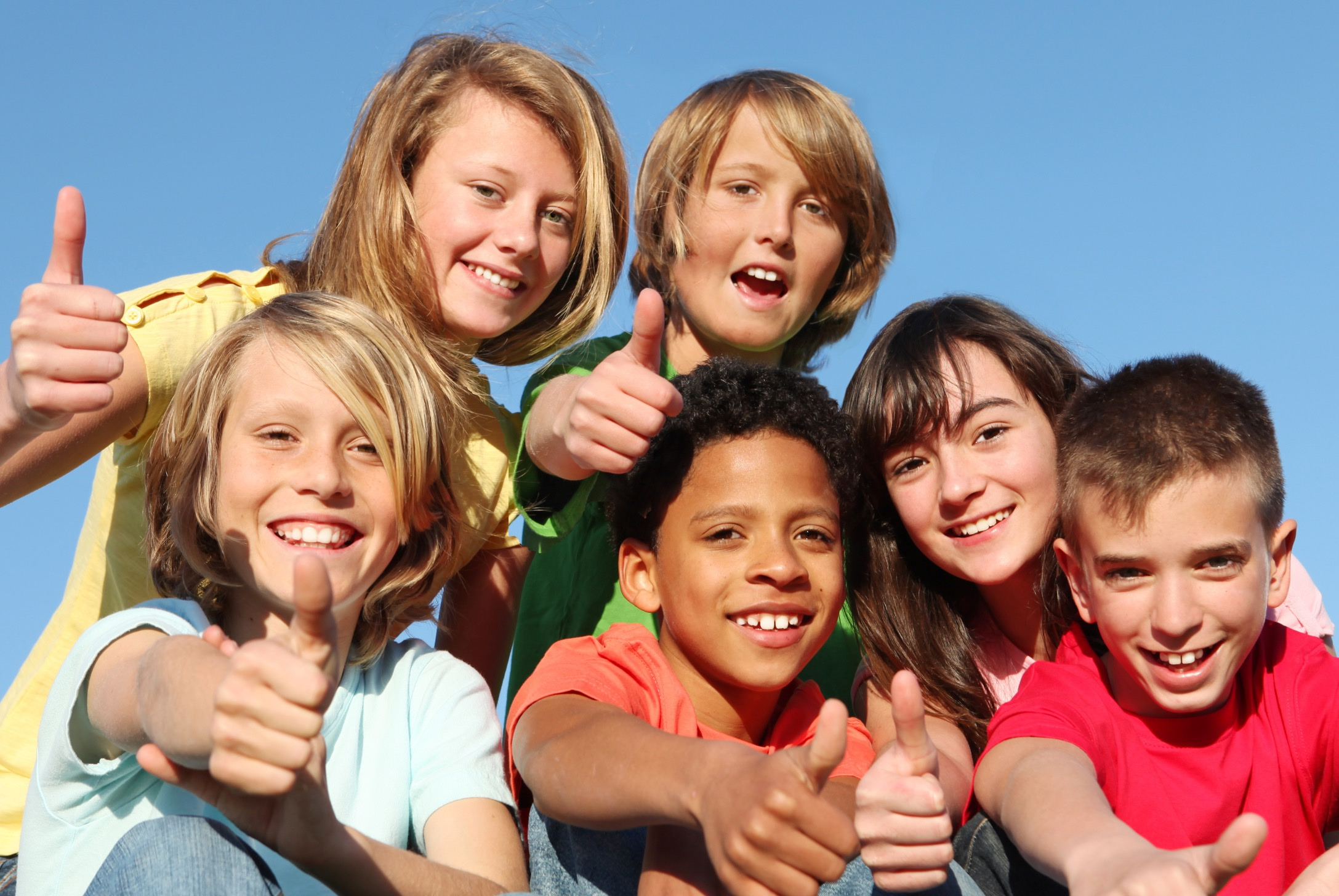 happy-kids-with-thumbs-up-